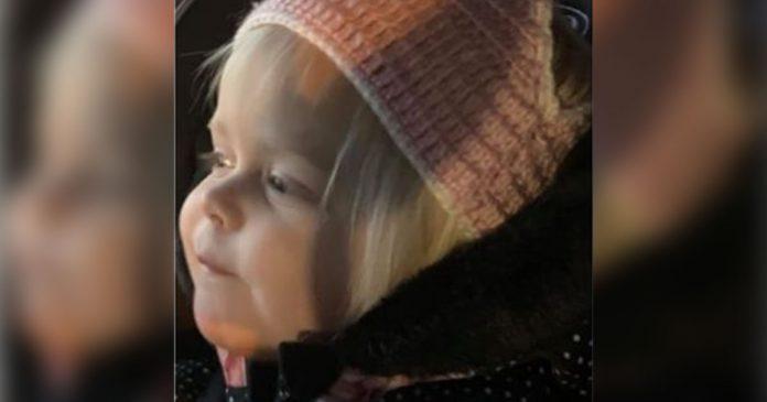 Pai confunde calcinha de crochê com gorro na hora de vestir a filha e viraliza na internet 1