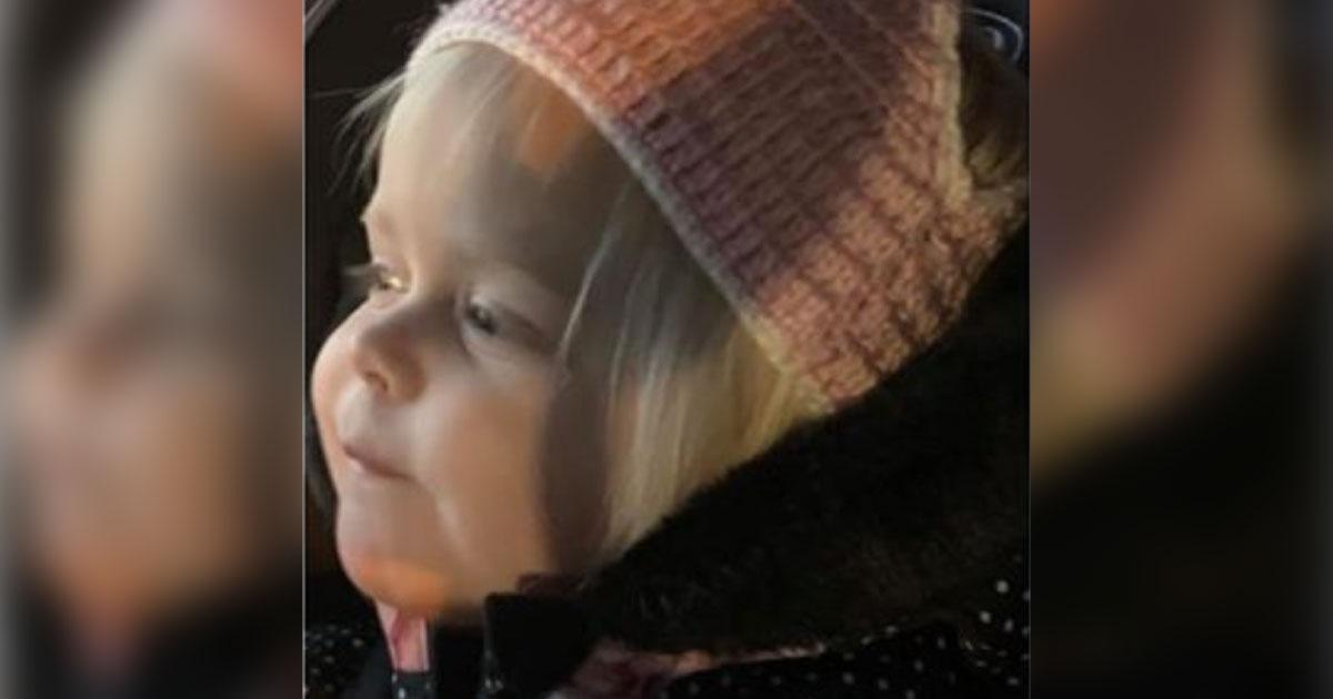 Pai confunde calcinha de crochê com gorro na hora de vestir a filha e viraliza na internet 2
