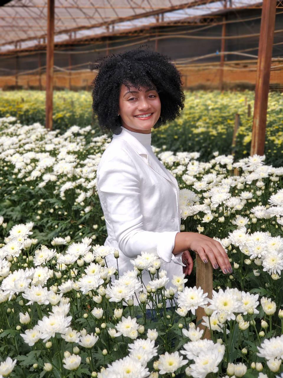 enfermeira sorrindo jardim flores brancas