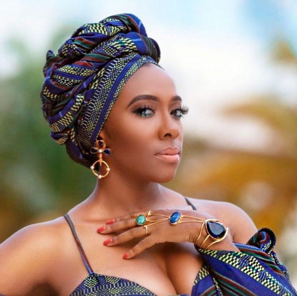 mulher negra turbante