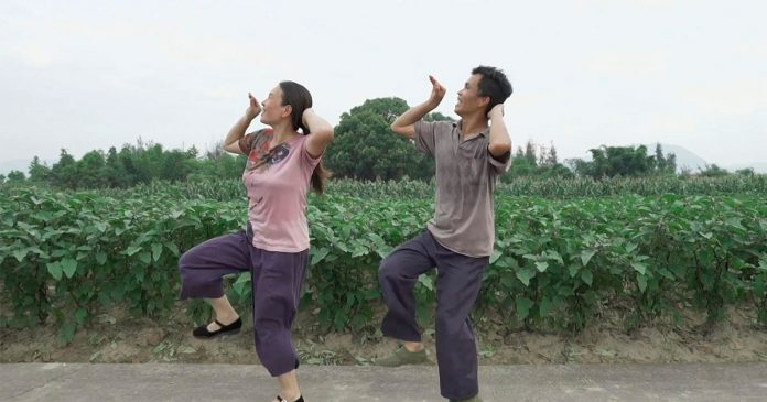 Casal chinês cria dança própria para afastar depressão e viralizam na internet 1