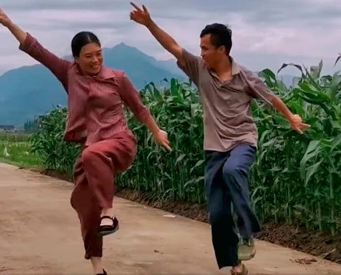 Casal dançando na plantação