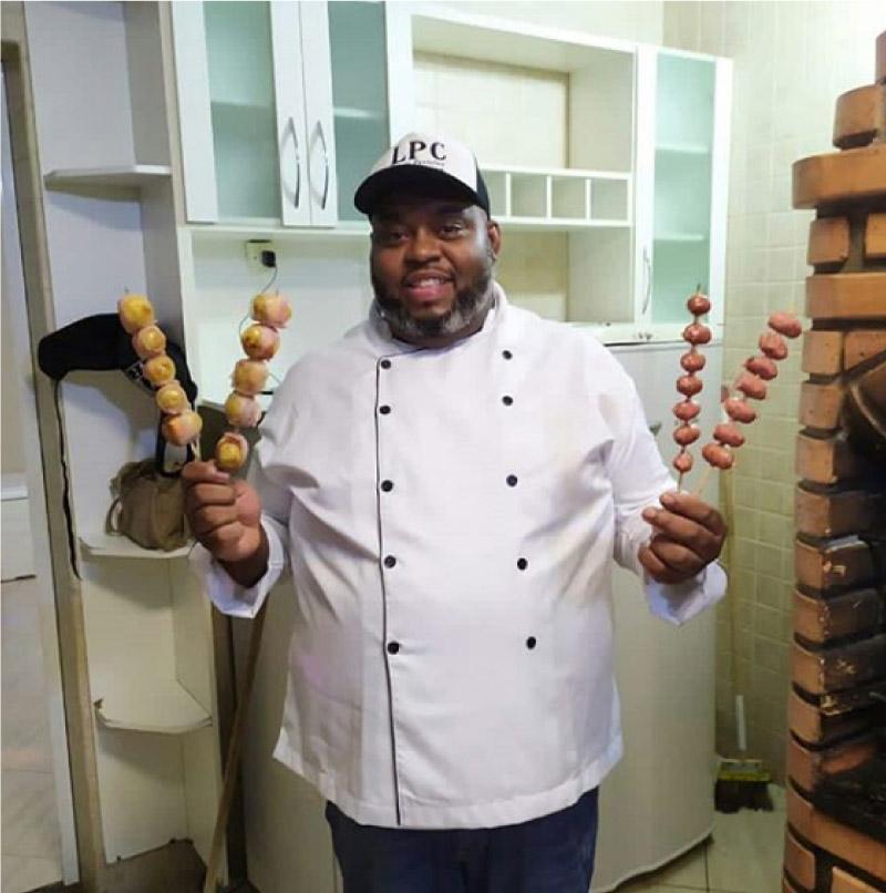 churrasqueiro mostra carnes assadas