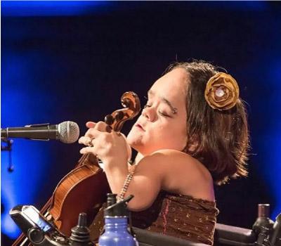 Gaelynn tocando violino