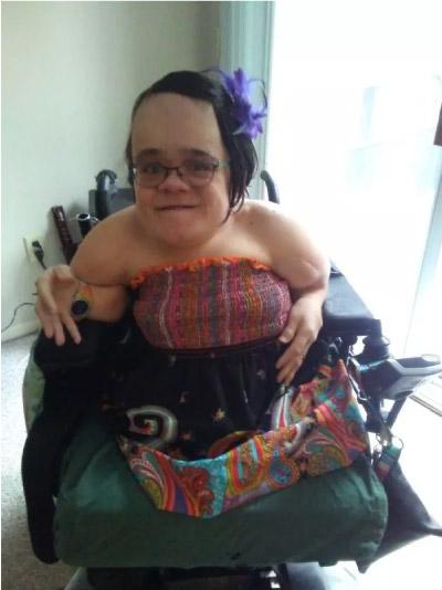 Gaelynn sentada na cadeira de rodas
