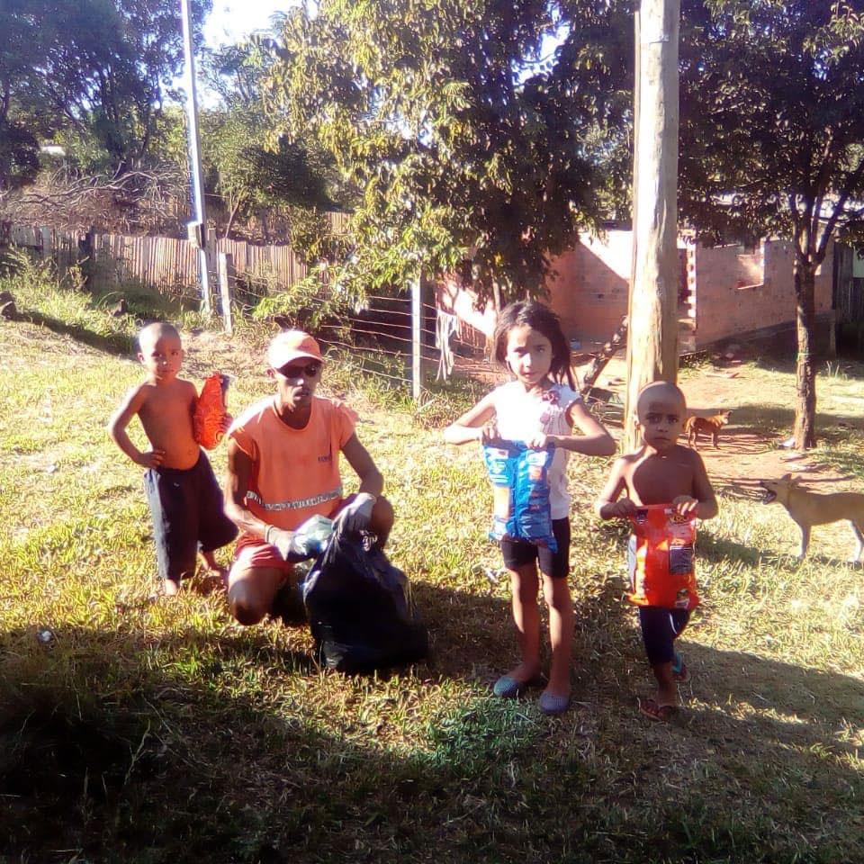 gari distribui salgadinhos crianças