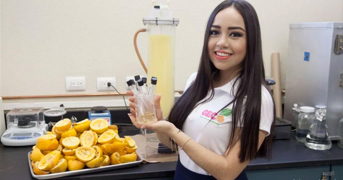 estudante com plastico de casca de laranja