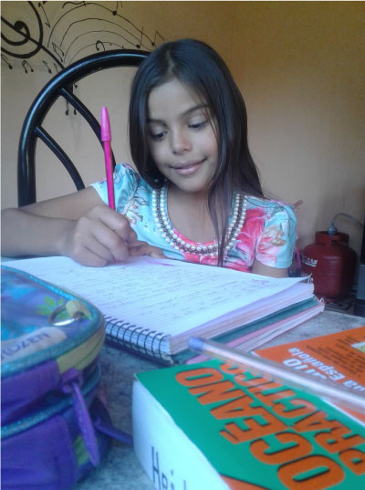 menina sentada estudando