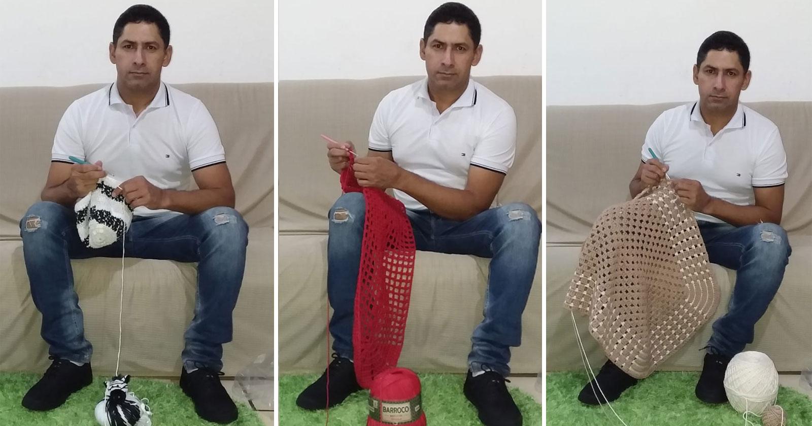 homem fazendo peça crochê sentado sofá
