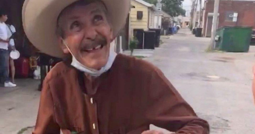 Vizinhos compram todos os picolés de idoso e arrecadam R$ 300 mil para ele 2