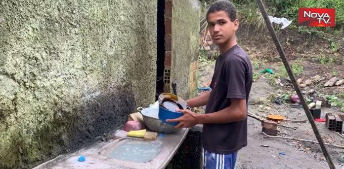 menino lava louças