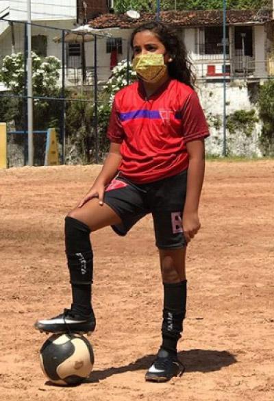 Larissa no campo de futebol