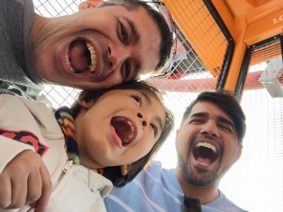 Pai, marido e filho em parque de diversões