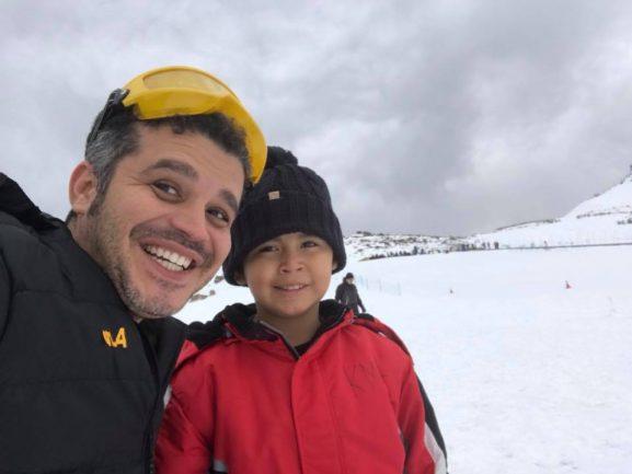 Pai e filho em pista de ski