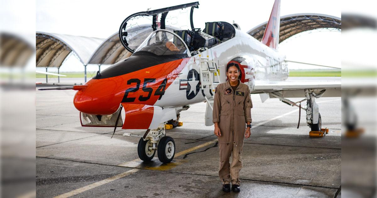 Após 110 anos de aviação, Marinha dos EUA tem sua primeira piloto de caça negra 1