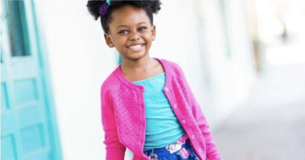 Madison sorrindo, com casaco rosa