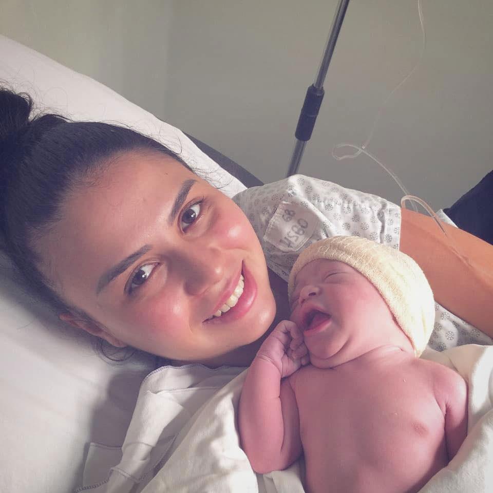 mãe segurando bebê recém-nascido leito hospital
