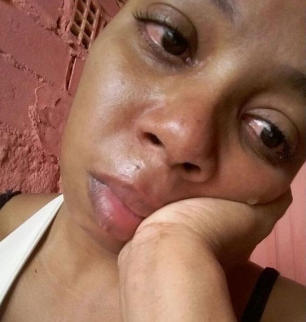 mulher chorando mão rosto
