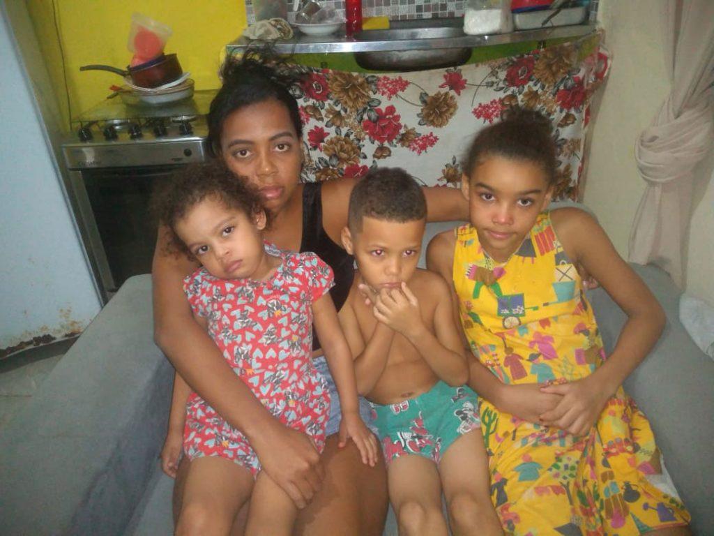 mãe sentada três filhos sofá