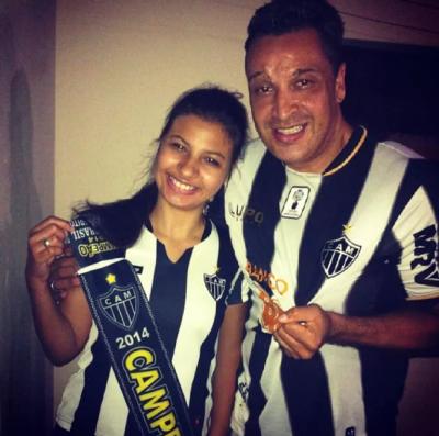 Marcela e pai com uniforme do Cruzeiro - MG