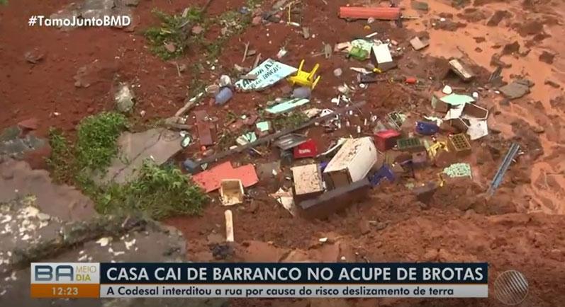 casa destruída em lama após desabamento barranco