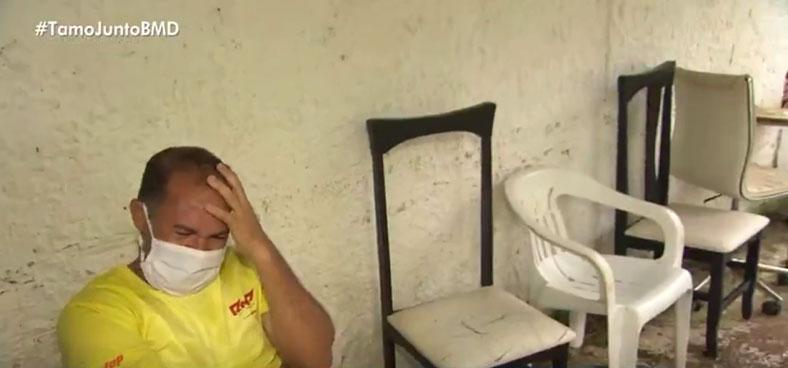 pedreiro chora sentado cadeira