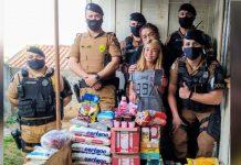 Maria e policiais da Rotam com doações