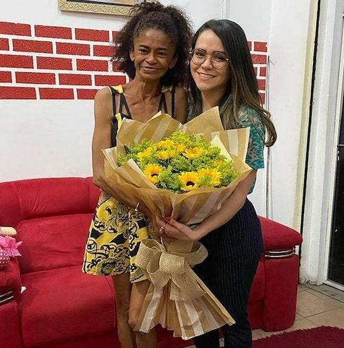 maria solange recebe flores da ong parceiros brilhantes