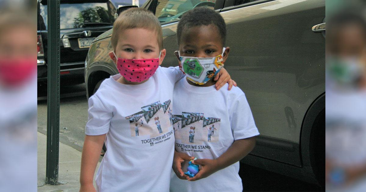 Crianças do vídeo viral do abraço estrelam campanha para caridade 1