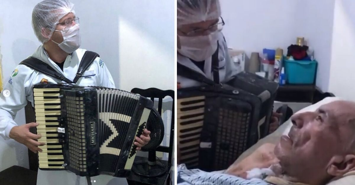 Médico paramentado tocando sanfona dentro de casa de paciente e paciente acamado ao lado escutando o som da sanfona
