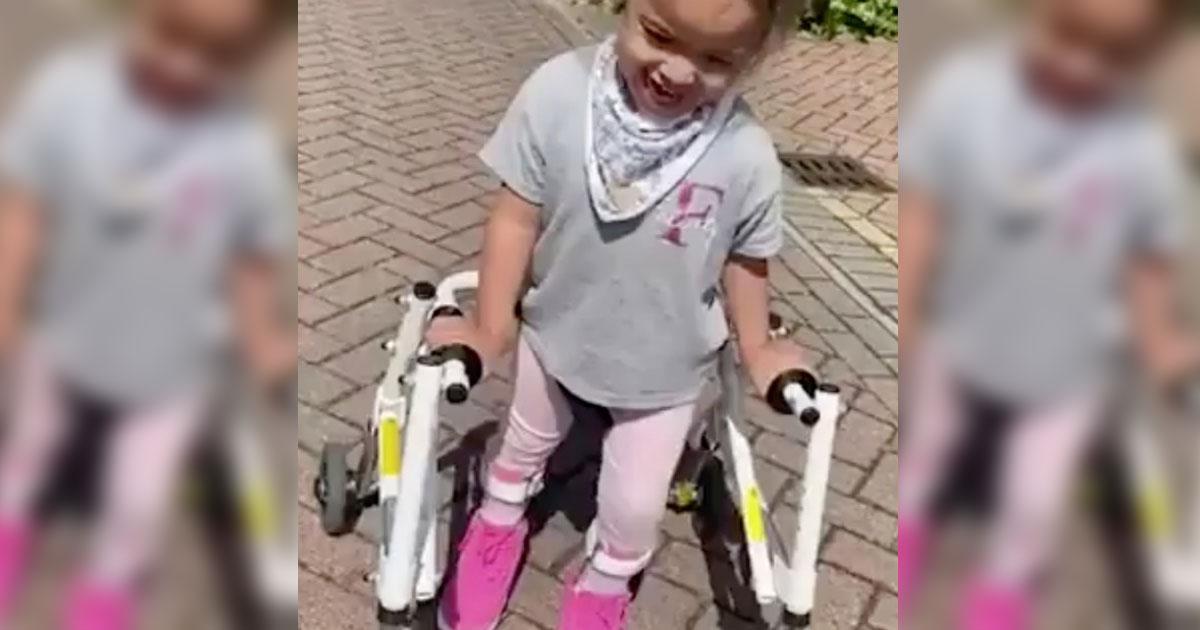 Menina dá seus primeiros passos após médicos dizerem que ela nunca andaria 1