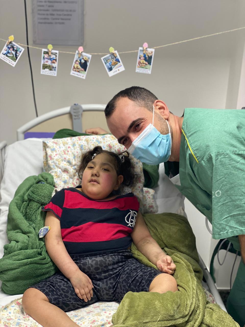 médico ao lado paciente vestida camiseta flamengo leito uti
