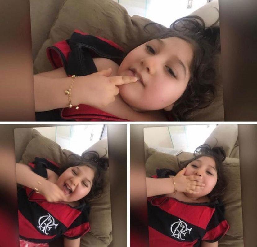 menina sorrindo vestida camiseta flamengo