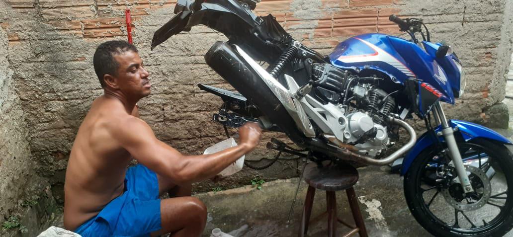 homem limpando moto