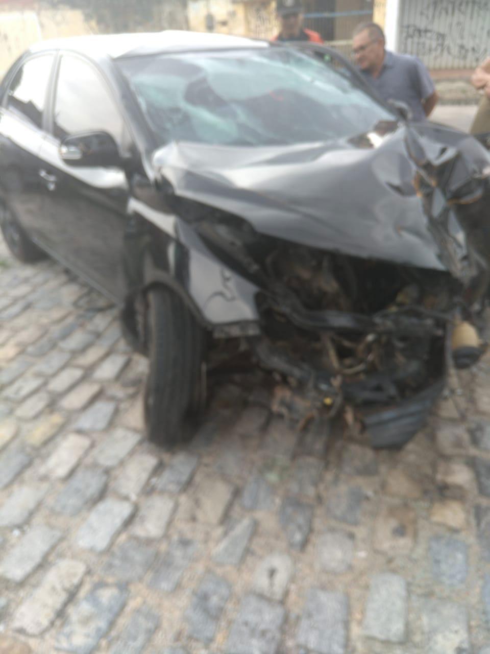 carro batido acidente poste
