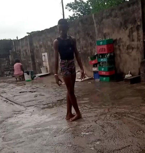 menino faz pose balé pés descalços chuva