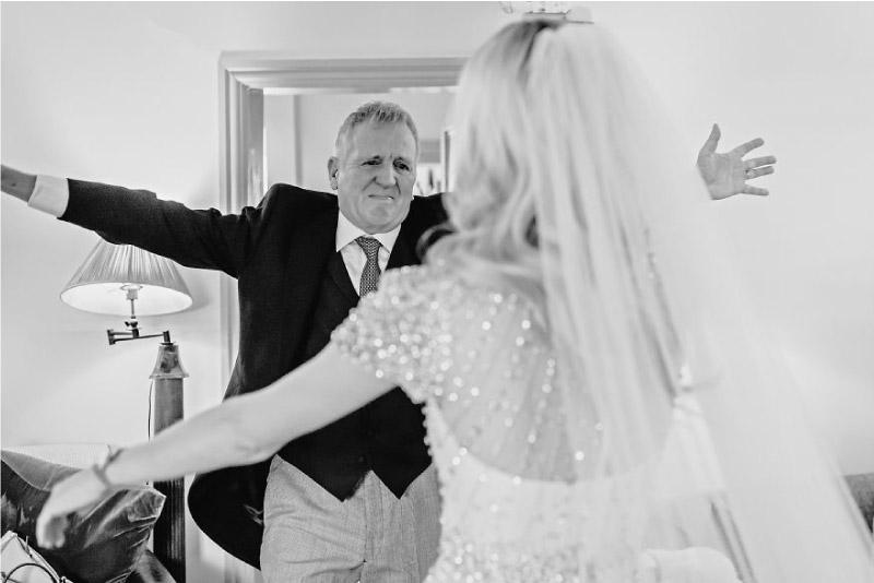 pai abraça a sua filha vestida de noiva
