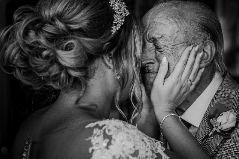 pai chora ao ver a sua filha vestida de noiva