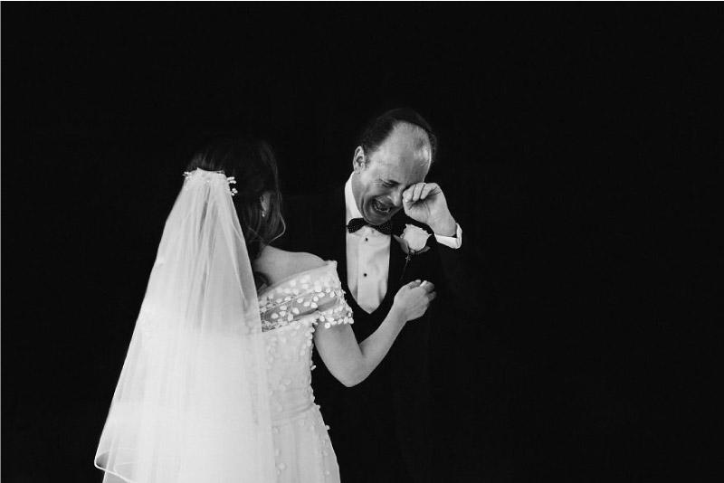 pai chora de emoção ao ver a sua filha vestida de noiva