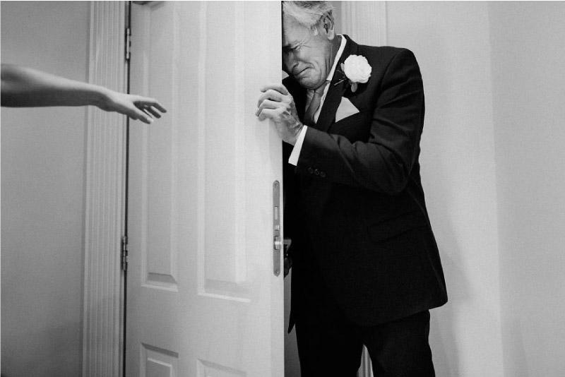 pai não segura a emoção ao ver a sua filha vestida de noiva