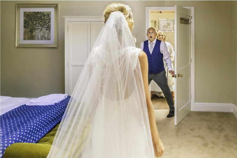 pai fica chocado ao ver a sua filha vestida de noiva