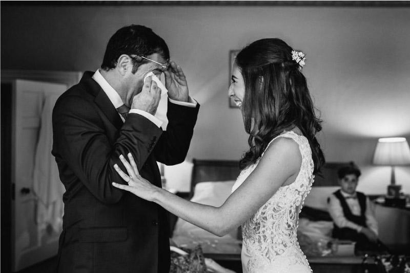 filha fica feliz e pai chora de emoção ao vê-la vestida de noiva