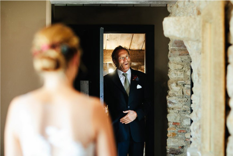 pai fica surpreso ao ver a sua filha vestida de noiva