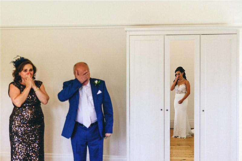 mão e pai ficam emocionados ao verem a sua filha vestida de noiva