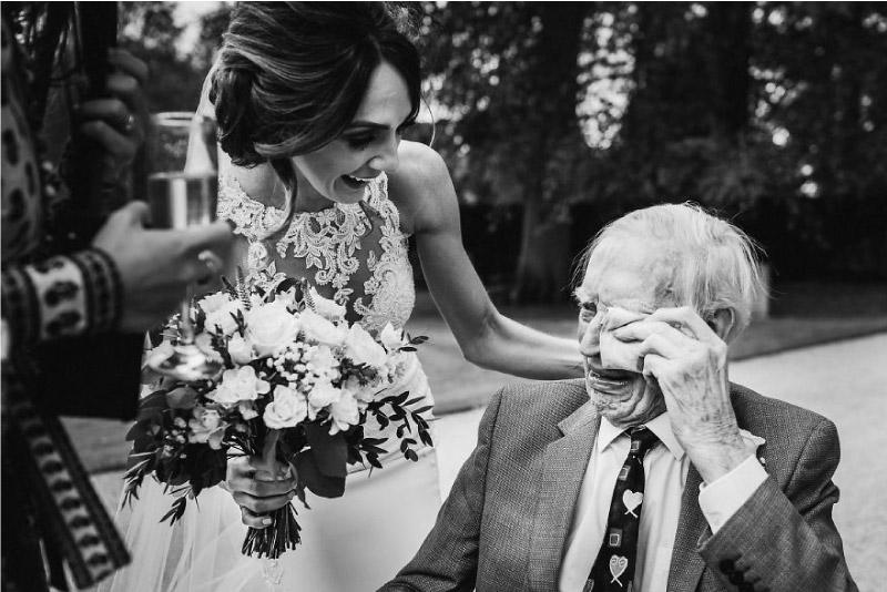 pai vai às lágrimas ao ver a sua filha vestida de noiva