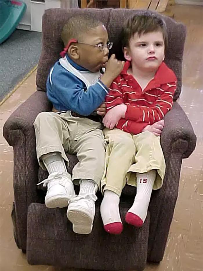 Odin e Jordan pequenos sentados em um sofá