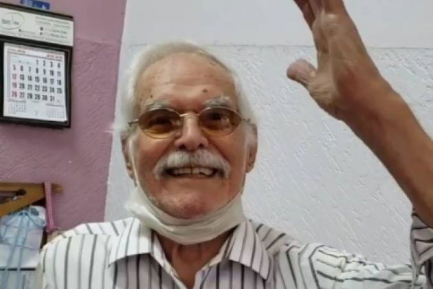 idoso sorrindo levantando braço