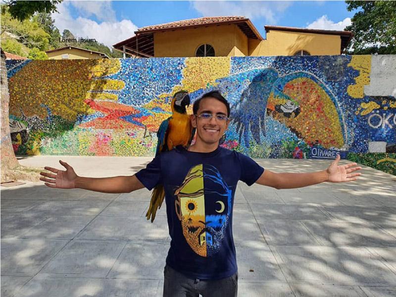 Oscar posando em frente ao mural