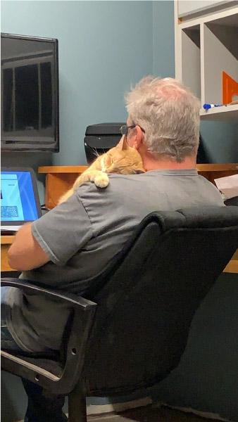 homem com gato no colo