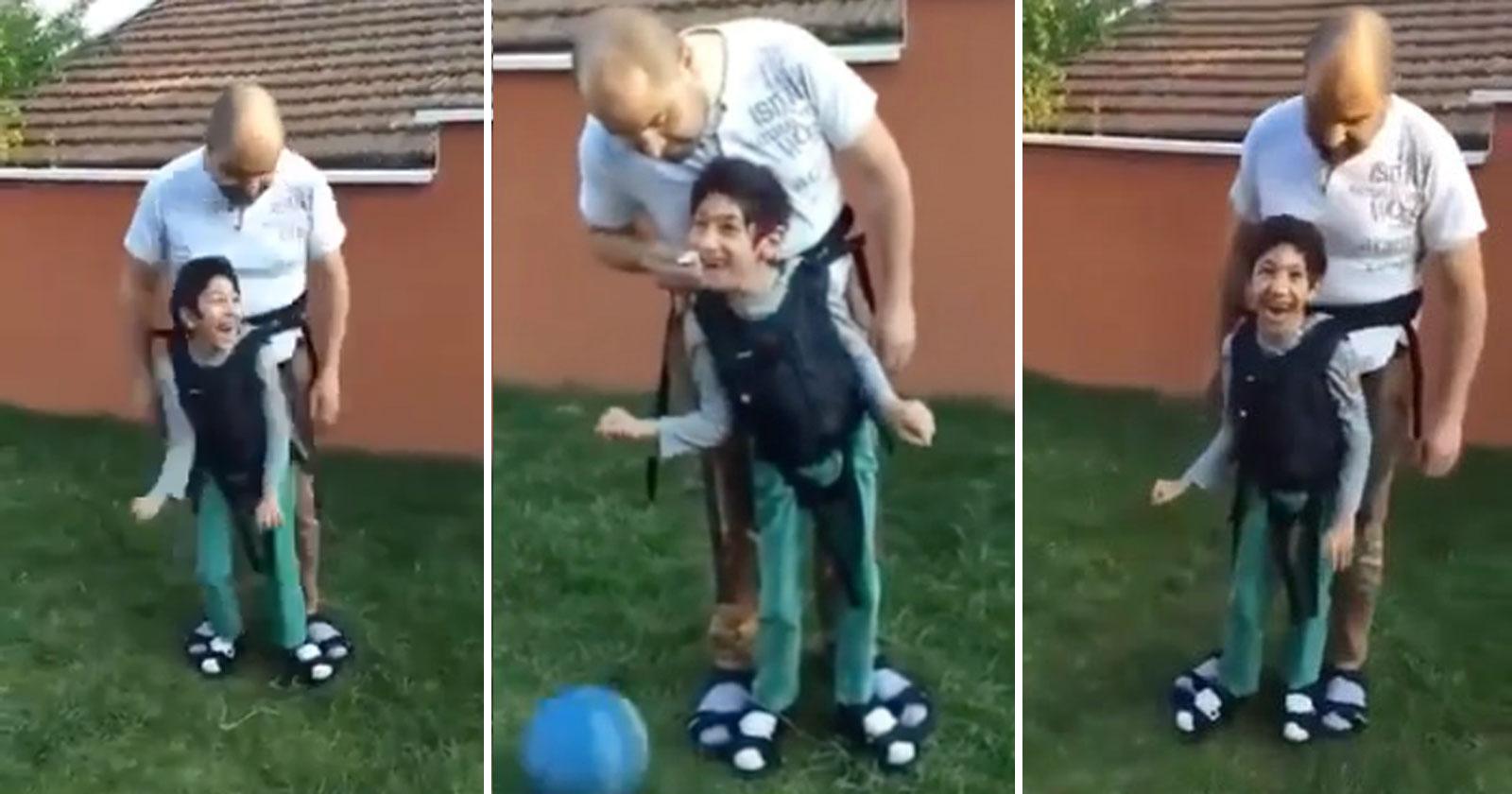 pai jogando futebol filho paralisia